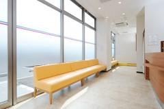 待合室明るく開放的な雰囲気の待合室。