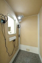 聴力検査室車いすの方がスムースに検査が受けられるように、車いすがそのまま入れる聴力検査室にしています。