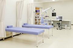 処置室採血や点滴などを行う場所です。体調の悪い方は、こちらで診察までお待ちいただくこともできます。